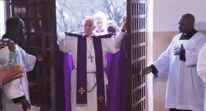 Papa Francesco apre la Porta santa a Bangui
