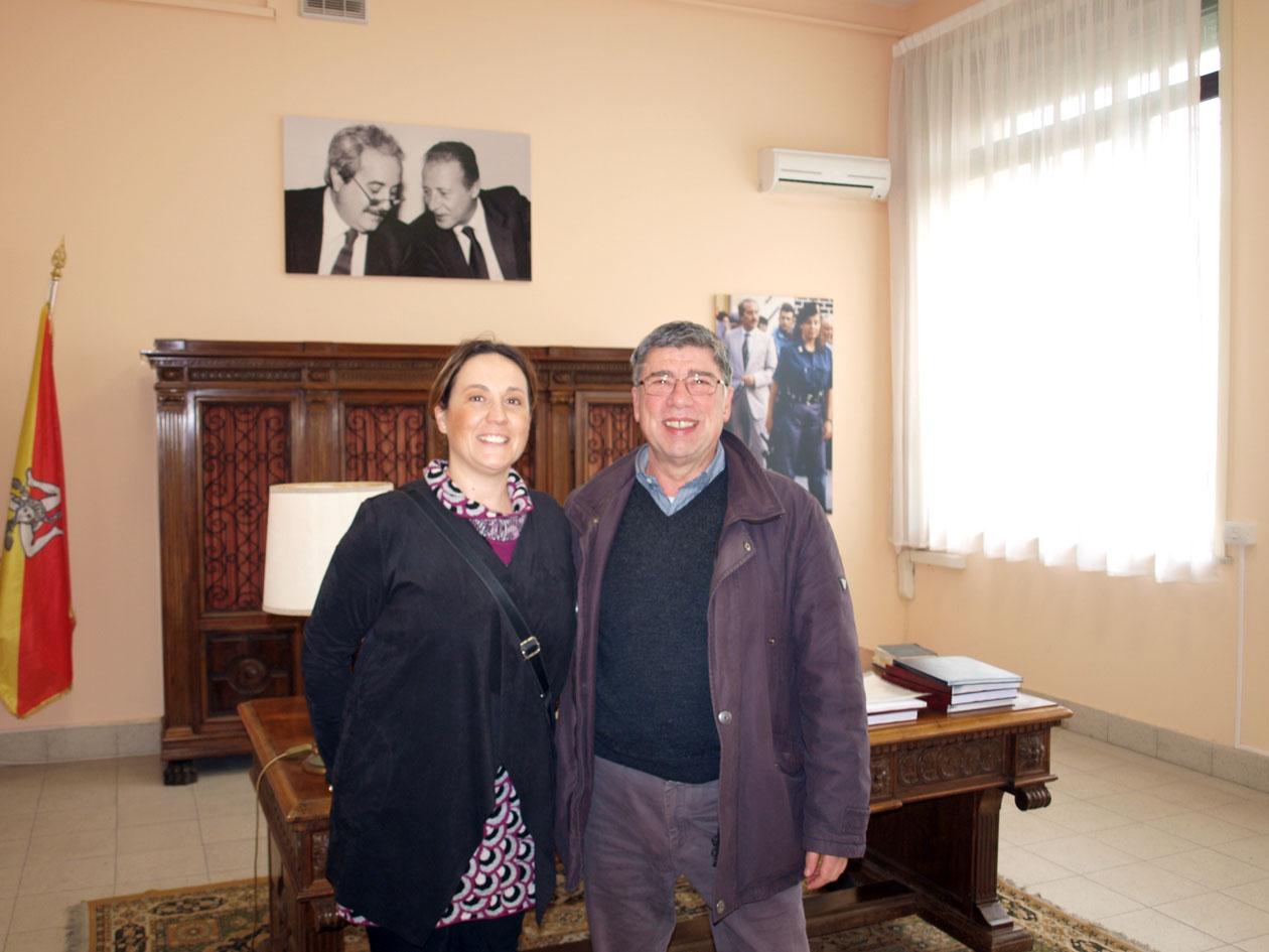 """Il sindaco di Montagnareale Anna Sidoti visita l'aula Falcone al Liceo """"Gorgia"""" di Lentini."""