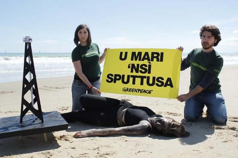 FLASH MOB DI GREENPEACE A CATANIA: OIL MEN CONTRO LE TRIVELLE