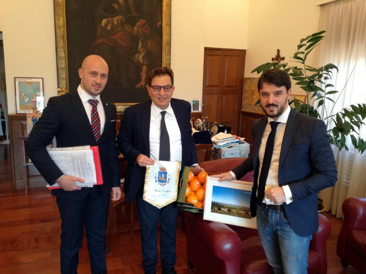 LENTINI. No DISCARICA ARMICCI  singolare iniziativa del sindaco SAVERIO BOSCO. Consegna una cassa di arance, 10000 FIRME e la foto del LAGO DEL BIVIERE.