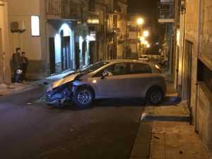 Ruba un'auto a Lentini, fugge raggiunge Carlentini  ma si schianta contro una vetrina di via Cavour. i carabinieri indagano per risalire al ladro