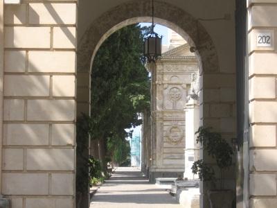 Carlentini, furto all'interno di una cappella di famiglia al Cimitero  nel giorno della Commemorazione dei Defunti. I familiari non hanno presentato nessuna denuncia.