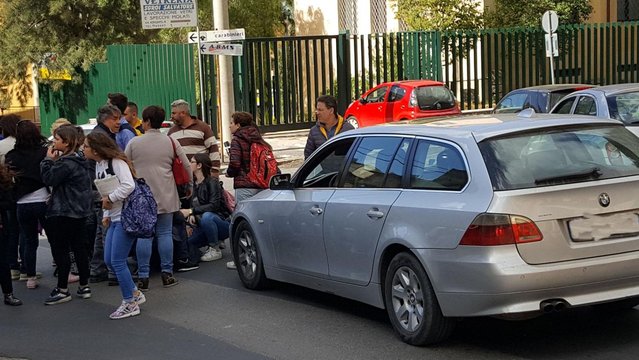 LENTINI, AUTO INVESTE PROF  ALL'USCITA DELLA SCUOLA MENTRE ATTRAVERSA LA STRADA: FERITA