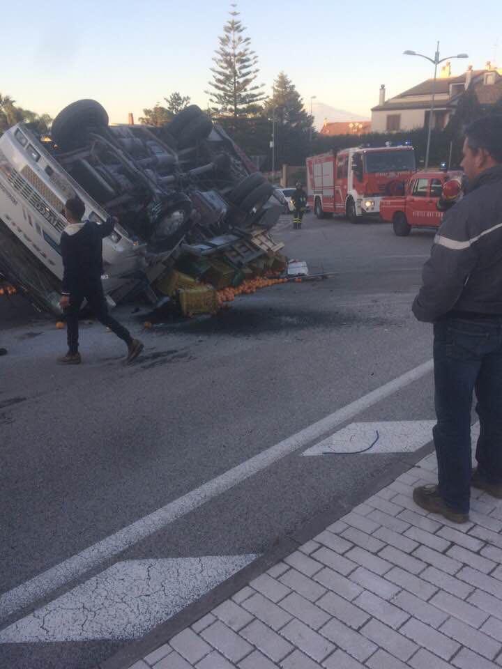 Carlentini, un camion carico di arance si ribalta in via Martiri della Resistenza senza feriti