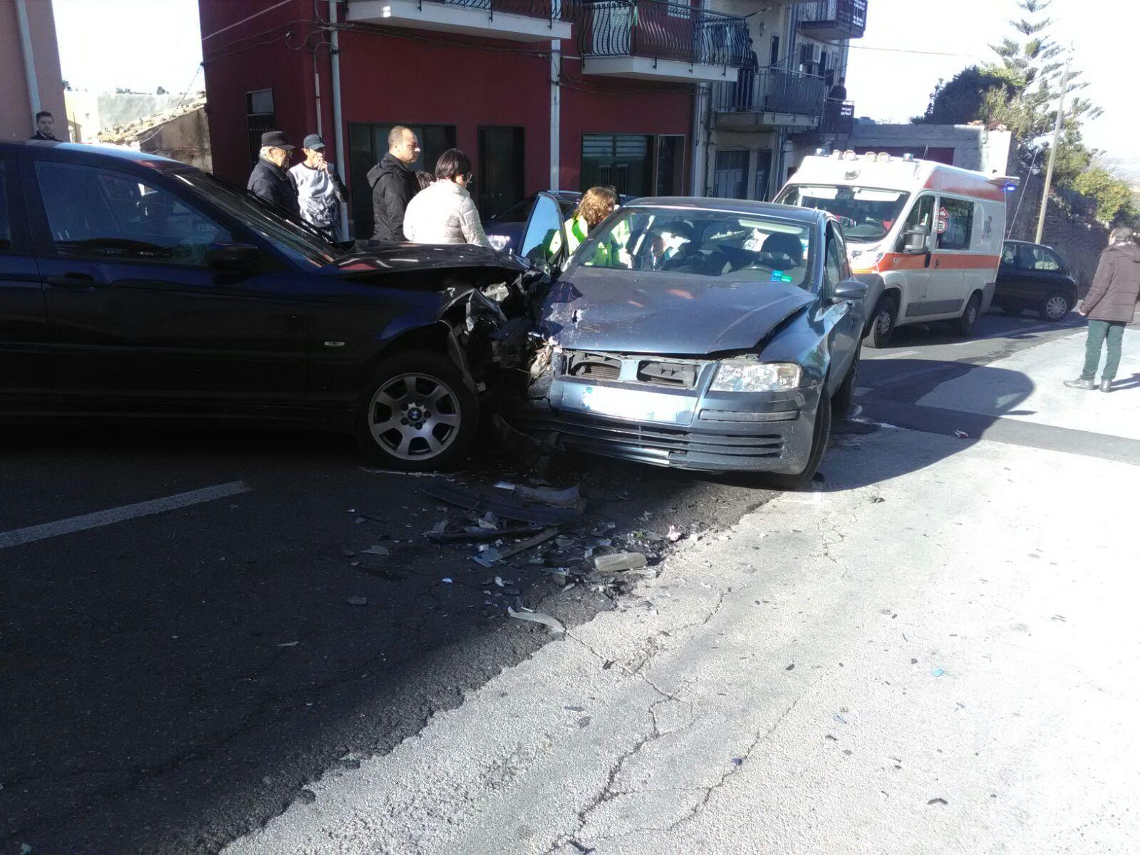 Carlentini, quattro feriti il bilancio di un incidente stradale nel centro urbano. I rilevi effettuati dai Carabinieri