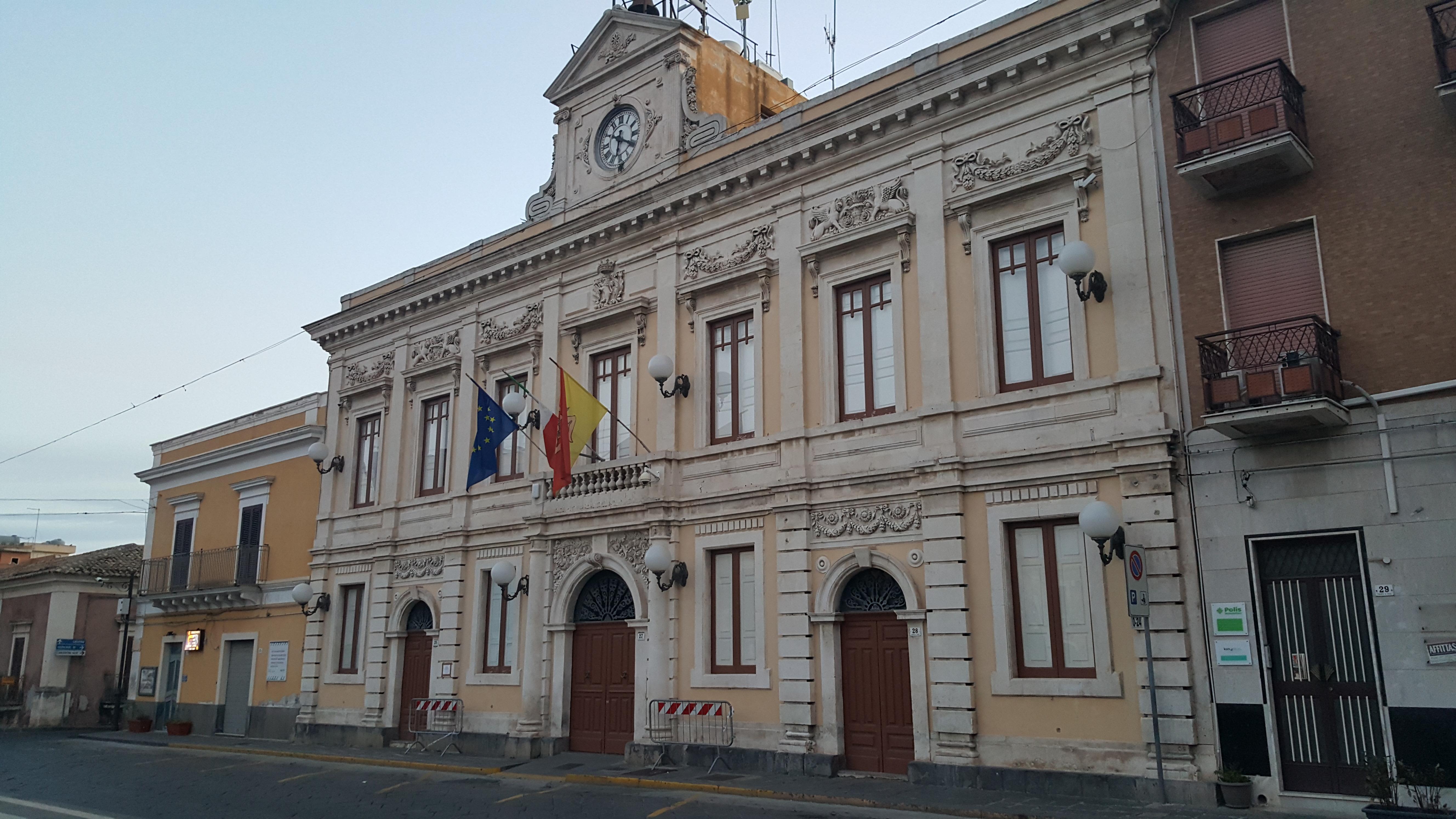 """Carlentini, Tutto pronto per l'insediamento del nuovo Consiglio comunale. La seduta è stata convocata per il 12 luglio, alle 19, nella sala consiliare """"Rosario Iapichello"""" del centro Polivalente."""