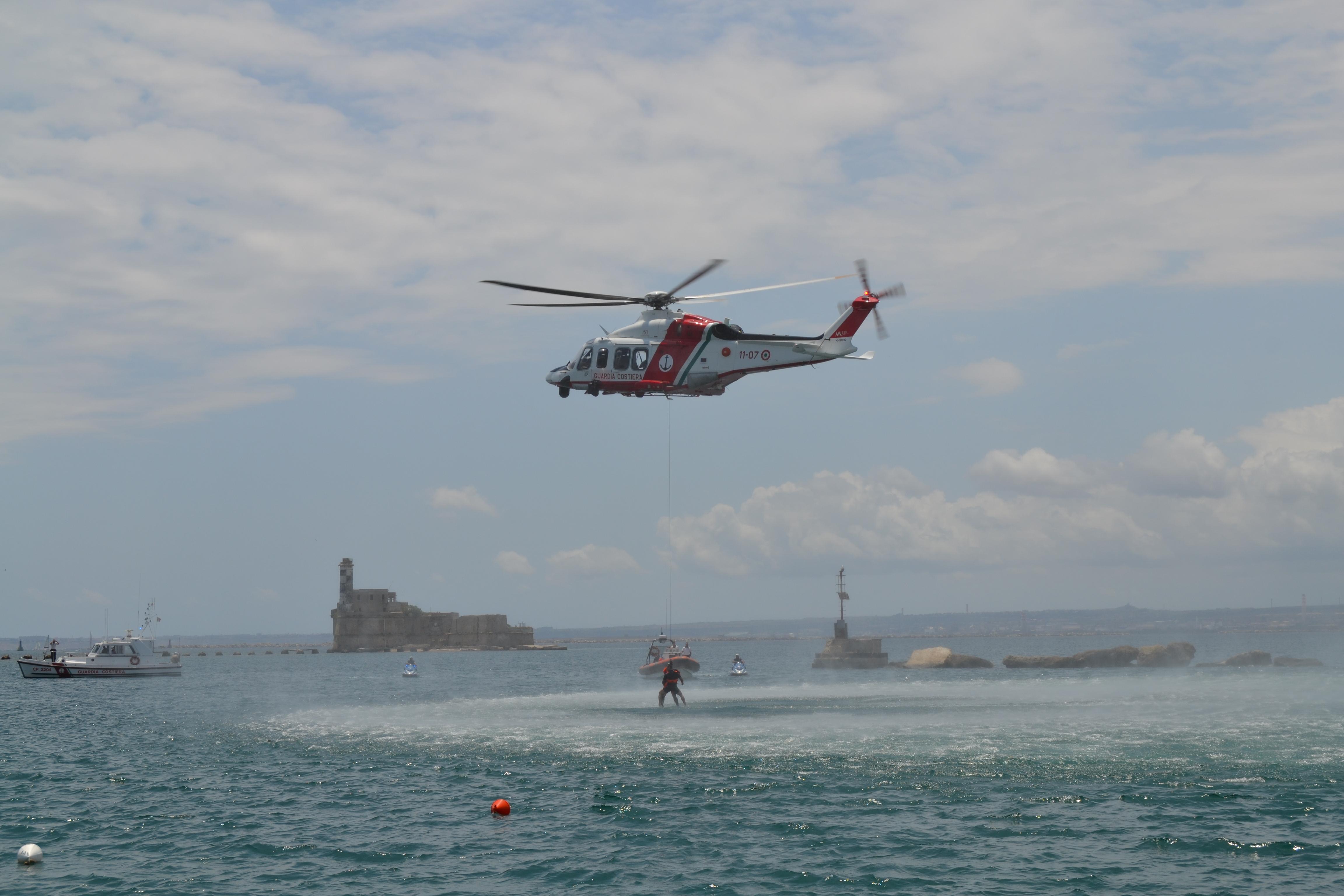 Esercitazione della Guardia Costiera – Open Day di MARISICILIA – Recupero di un naufrago ed estinzione di un incendio con impiego di un elicottero GC e di unità navali.