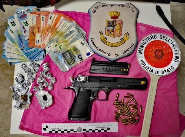 Lentini, Gli agenti del commissariato ritrovano in un casolare abbandonato  una pistola, munizioni, droga e soldi. Indagini a 360 gradi