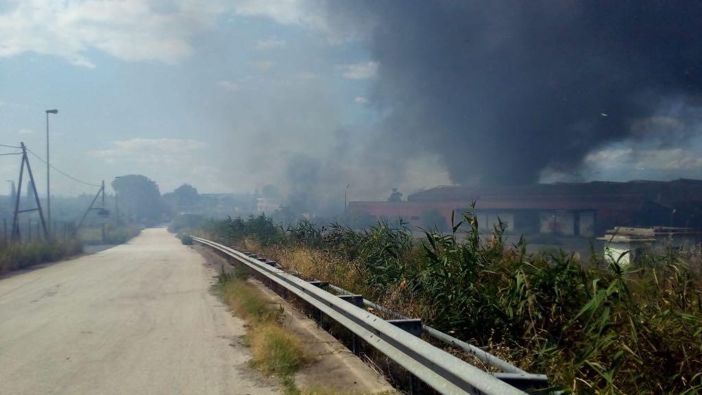 Lentini, incendio nella ex Alba Sud. Brucia amianto