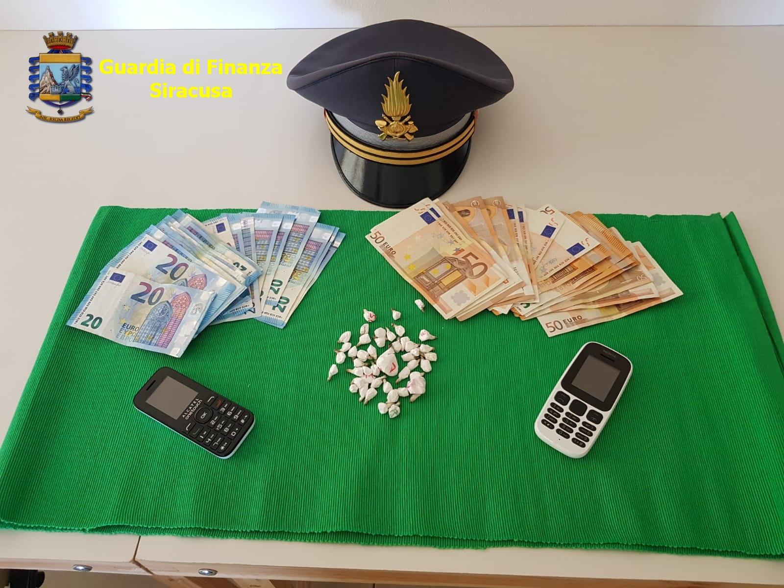 In tasca aveva 45 dosi di cocaina e milletrecentotrenta euro: Arrestato, ieri sera, dalla Guardia di Finanza della Tenenza di Lentini e della Compagnia di Augusta.