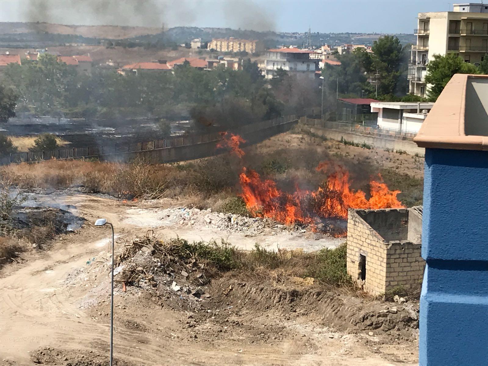Lentini, incendio a ridosso della struttura del Polivalente scolastico di via Riccardo da Lentini