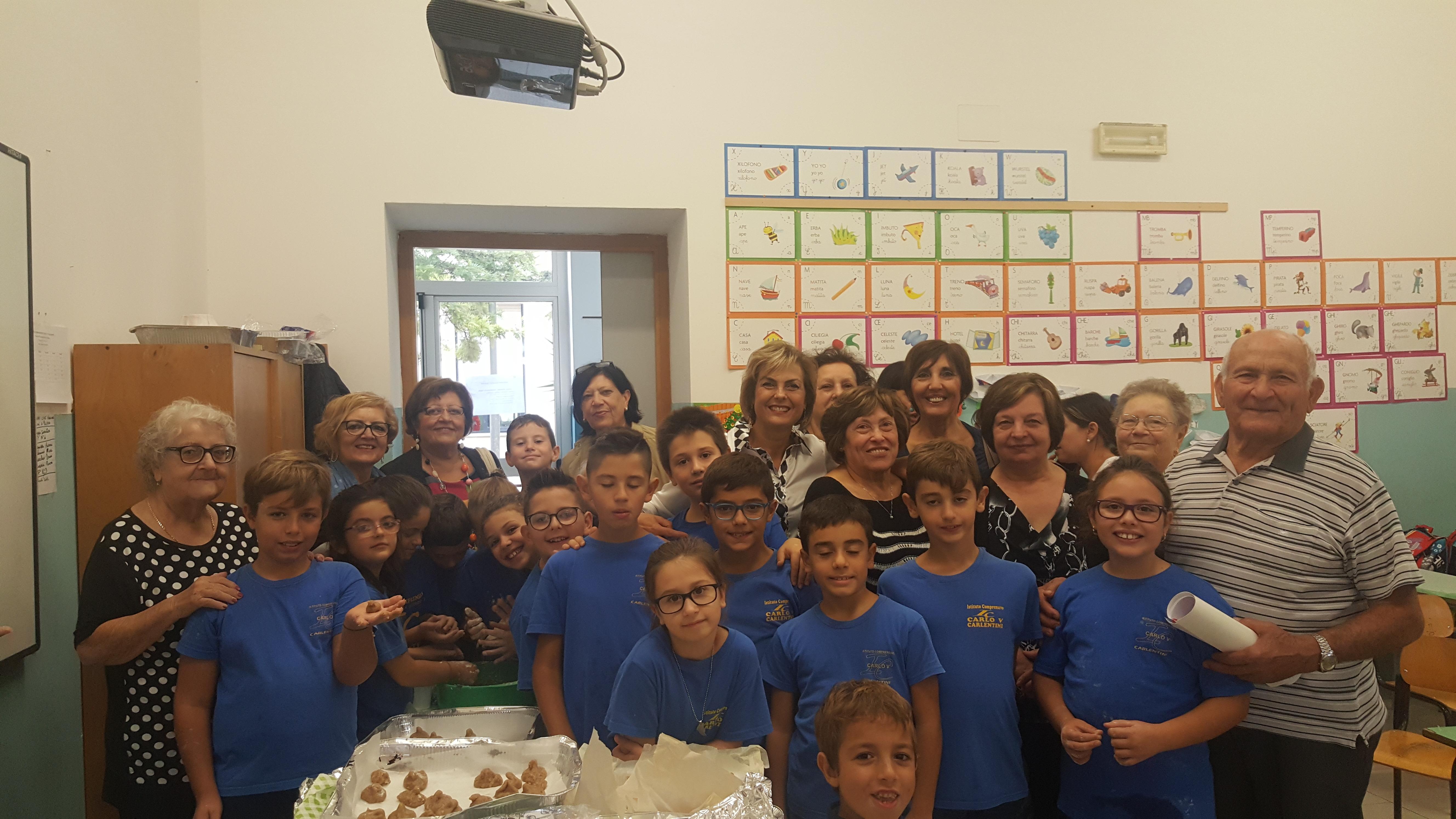 """Carlentini, """"Un nonno per amico"""". L'Istituto  """"Carlo V"""", oggi, ha celebrato la festa dei nonni: alla scoperta delle tradizioni"""