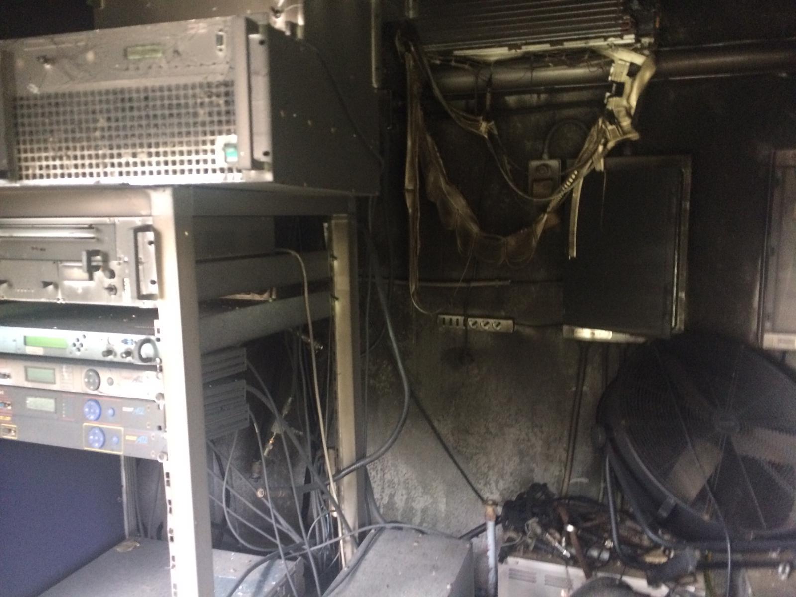 Carlentini, Casotto delle attrezzature informatiche che alimentano il traliccio di Antenna Uno  va a fuoco: un corto circuito la probabile causa. Danni per oltre trentamila euro.