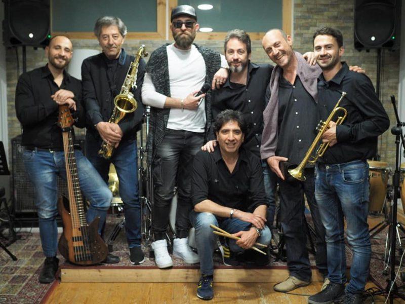 """Carlentini. """"Una Voce In Blu"""": la """"Mario Biondi Tribute"""" band ospite della puntata di venerdì"""