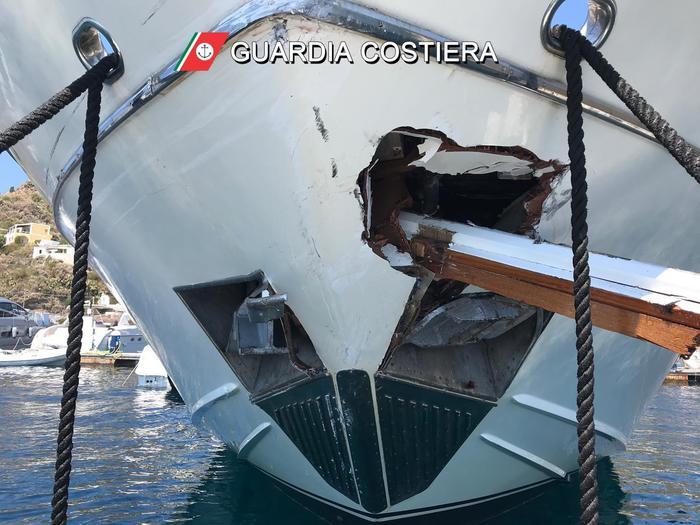 Lipari, traghetto contro yacht, 5 feriti