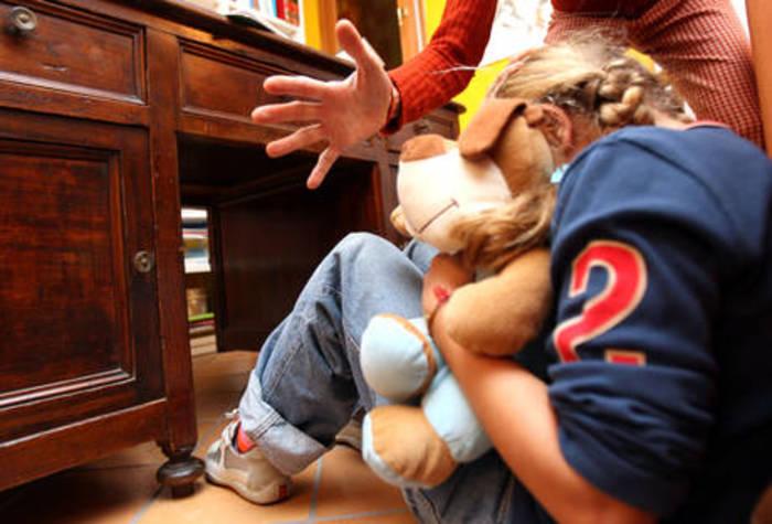 Catania, Picchiavano 3 figli piccoli, arrestati