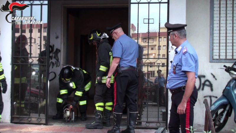 SIRACUSA, CARABINIERI E POLIZIA RIMUOVONO CANCELLI ABUSIVI A PROTEZIONE DELLEPIAZZE DI SPACCIO DI VIA IMMORDINI E VIA ITALIA