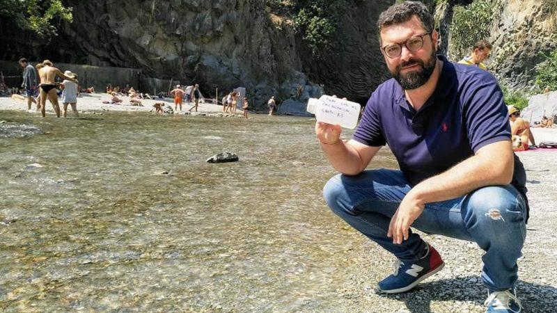 Il deputato Ms5 De Luca controlla la qualità delle acque nel Parco fluviale dell'Alcantara