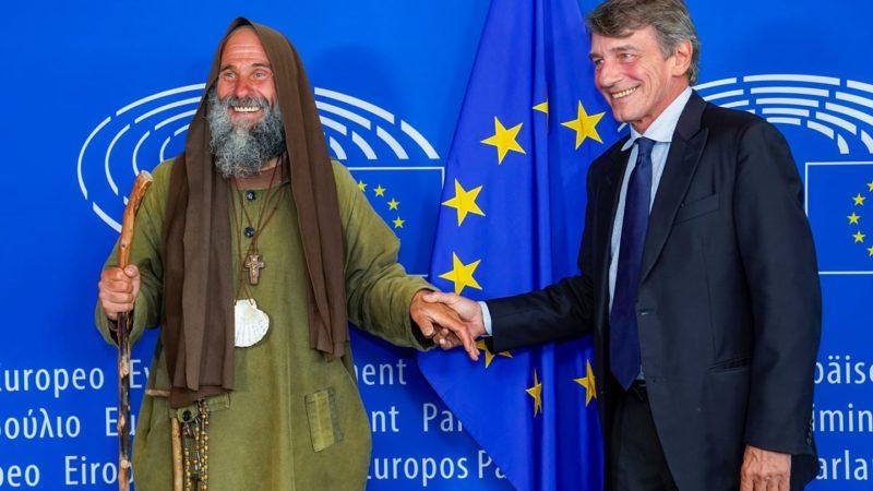 Il presidente del Parlamento Europeo David Sassoli accoglie fratel Biagio Conte