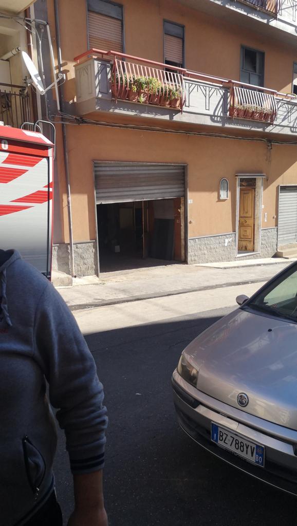 Carlentini, scoppia un incendio in un appartamento, carabinieri e vigili del fuoco salvano una donna.