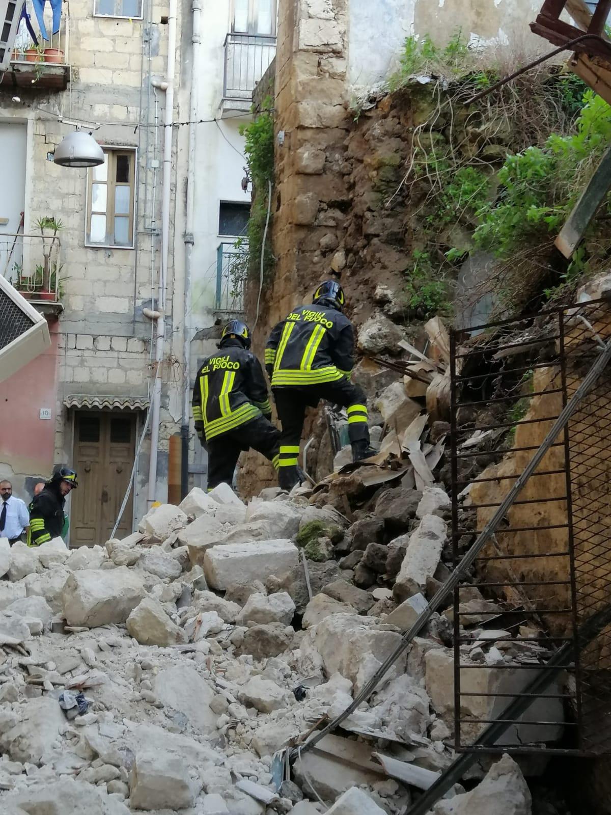 Lentini, crolla una casa disabitata nel quartiere San Paolo. Ferito un passante