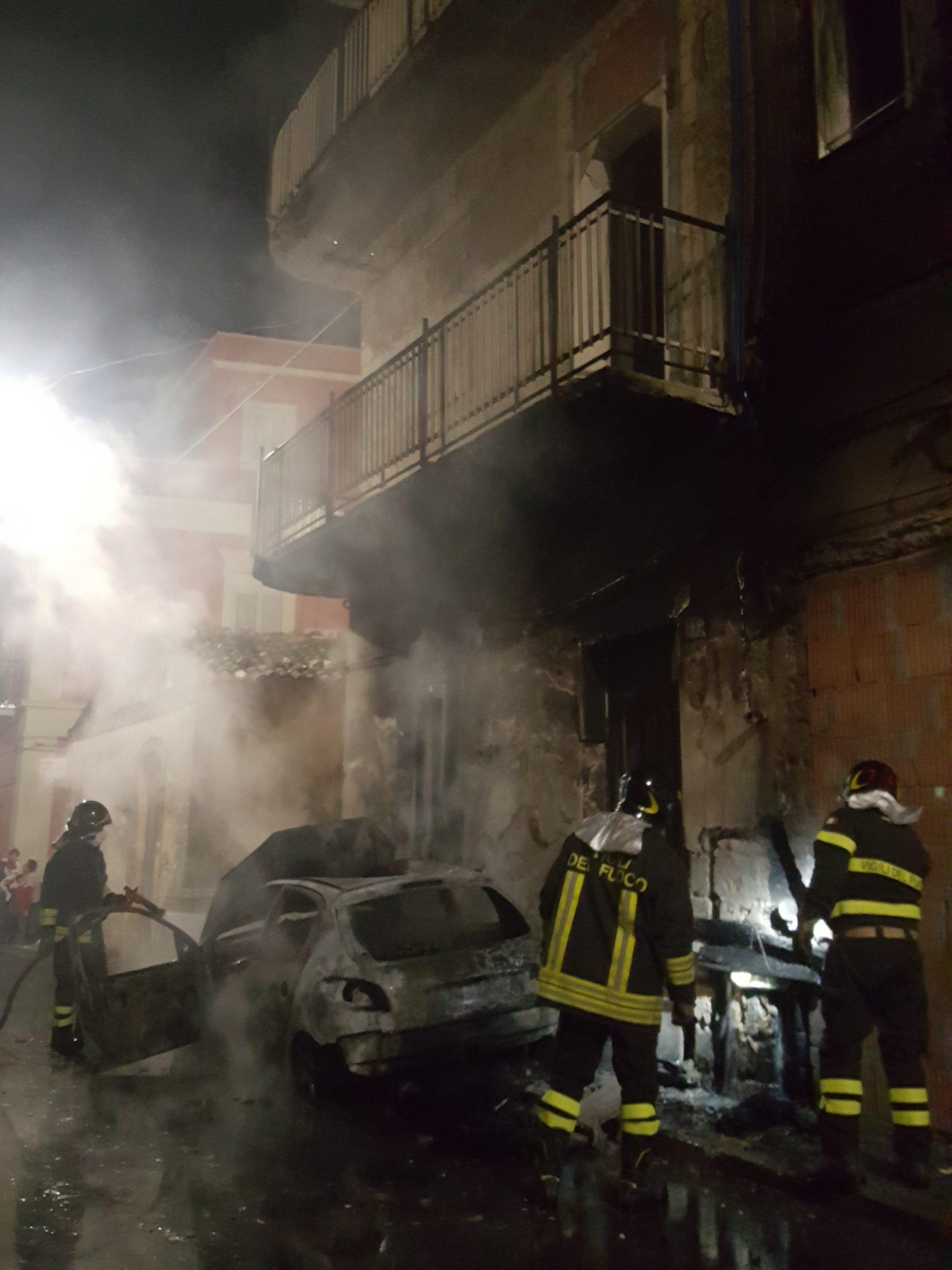 Carlentini, una macchina distrutta dalle fiamme in via Porta Siracusa. Danneggiata la facciata di una casa