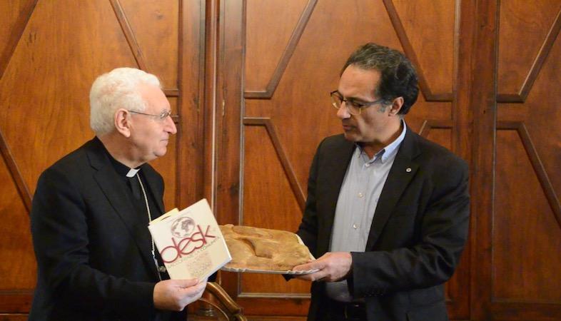 Siracusa, Tradizionale scambio di auguri tra l'arcivescovo di Siracusa e i giornalisti. Ucsi e Assostampa donano 50 chilogrammi di pane per la Caritas del Santuario Madonna delle Lacrime