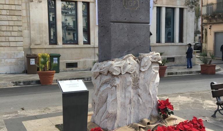 Modica, Capitale Europea del Cioccolato, ha ricevuto in dono una scultura a forma di barretta di cioccolato, a rappresentare l'unicità storica, produttiva e di gusto   dell'inimitabile prodotto che viene creato in questa Città barocca