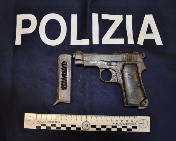 Lentini, Gli agenti del commissariato di polizia hanno sequestrato una pistola nascosta all'interno dell'abitacolo di una macchina abbandonata