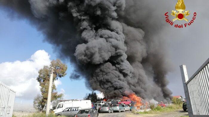 Mineo, Incendi: vasto rogo in autodemolizione, alta nube di fumo