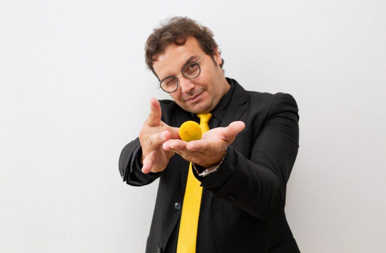 """""""Una Voce In Blu"""": il mago Dimis ospite della puntata di martedì 23 marzo"""