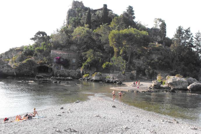 Taormina, il Cutgana completa la bonifica dell'Isola Bella: via cemento e metallo