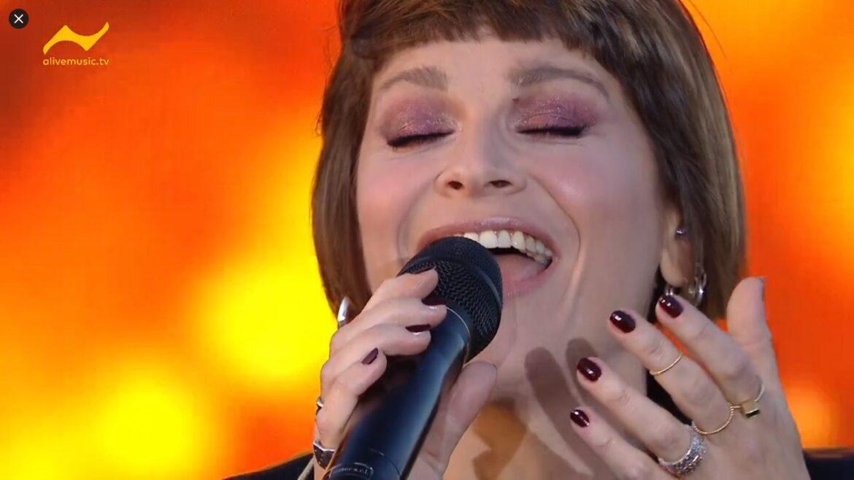 "#AmorosoDriveIn: Alessandra Amoroso presenta live ""Piuma"" e ""Sorriso Grande"""