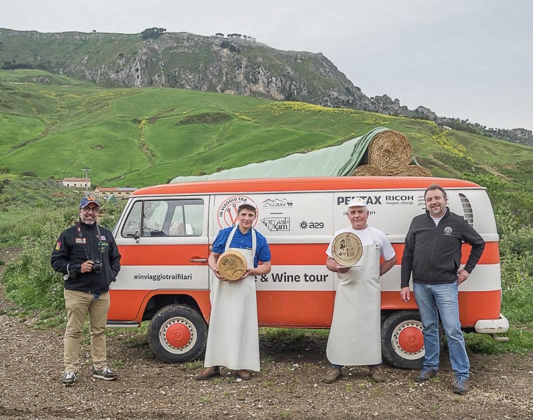 """""""In viaggio tra i filari"""", al via il nuovo il tour a bordo di un van Volkswagen nella Sicilia interna del vino e dei formaggi"""