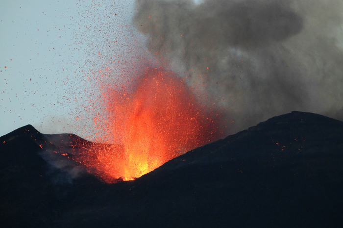 Etna: nuovo parossismo dal Sud-Est, fontana lava e cenere