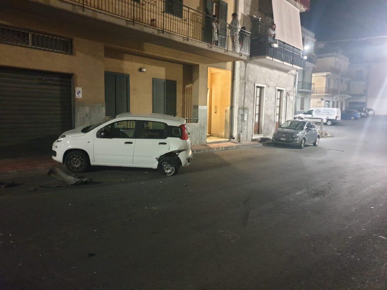 Carlentini, Auto sbanda e finisce contro due vetture parcheggiate. Ingenti i danni