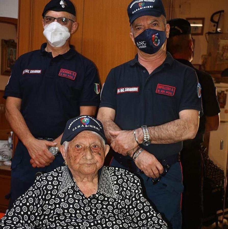 Covid, Nonna Giovannina vaccinata a 107 anni.  Al suo fianco il nipote Giovanni e i carabinieri dell'Anc di Lentini e Carlentini