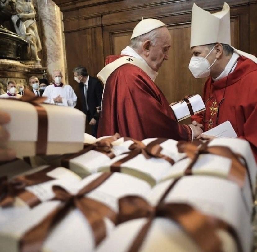 «Coraggio, la Madonna delle Lacrime ti custodisce!» Il Papa a all'arcivescovo di Siracusa Mons. Francesco Lomanto al termine della consegna del Pallio