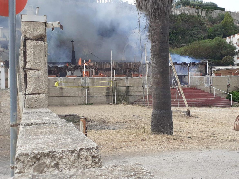 Incendio distrugge il Bar di Baia del Silenzio. Le fiamme domante dai Vigili del Fuoco