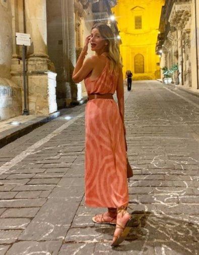 """Noto, Alessia Marcuzzi sbarca in Sicilia, le foto della vacanza: """"Luogo magico"""""""