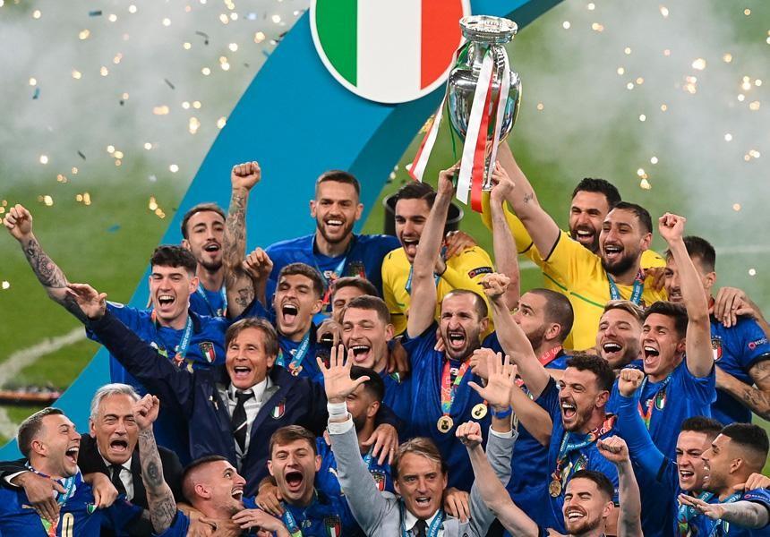 Sport, L'Italia campione d'Europa è atterrata a Roma. Oggi dal Presidente della Repubblica Mattarella e a Palazzo Chigi dal premier Draghi