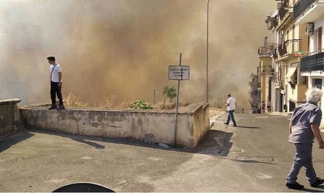 Incendio a Carlentini, un vigile urbano e due carabinieri intossicati. Pompieri al lavoro e abitazioni evacuate.