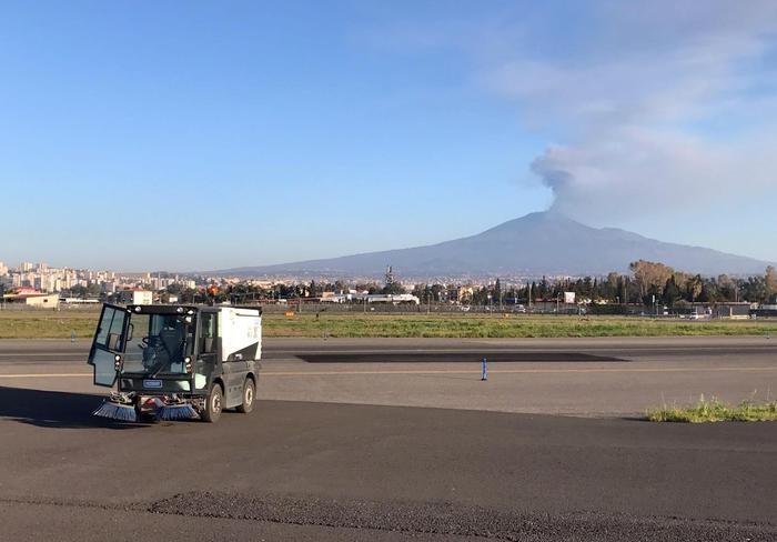Etna: 'pioggia' cenere su Catania, aeroporto non operativo