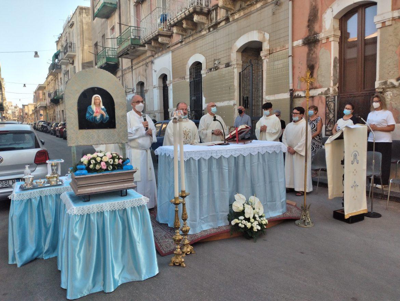 Siracusa – 68° Anniversario della Lacrimazione di Maria. Questa mattina la Santa Messa all'aperto in via Degli Orti. Iniziate le Celebrazioni