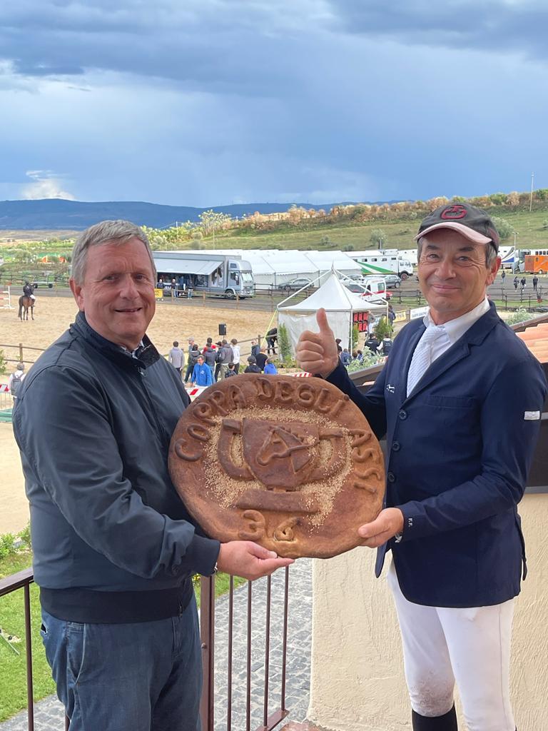 Militello in Val di Catania, Francesco Franco con una scultura di pane simbolo della tradizione siciliana omaggia il vincitore del Gran Premio Coppa degli assi