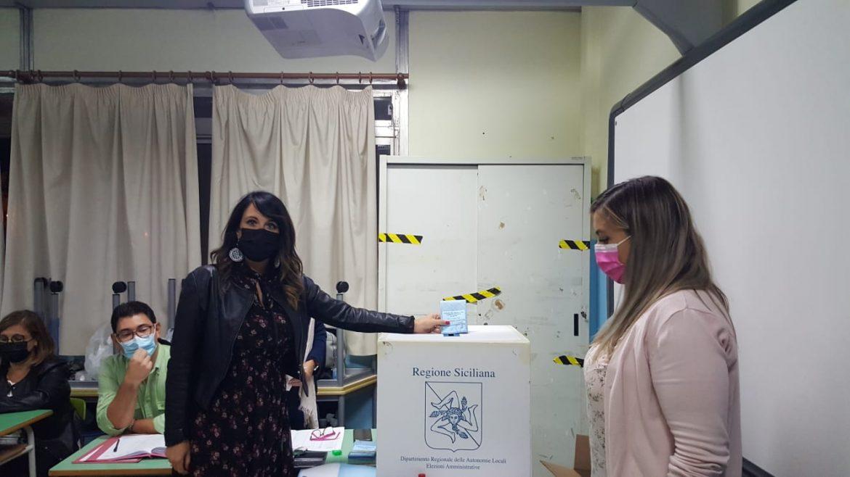 Elezioni amministrative 2021, Francesca Reale, candidata sindaca, ha votato al seggio 11 della scuola Riccardo da Lentini