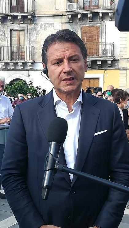 Una piazza gremita per l'ex premier Conte