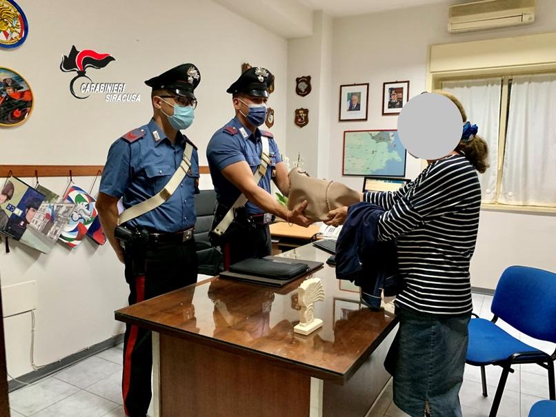Siracusa, i carabinieri arrestano per furto un uomo. la refurtiva riconsegnata alla proprietaria